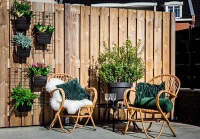 Verticale tuin roosters als kruidenrek buiten aan schutting