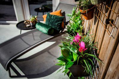 Verticale tuin roosters buiten aan schutting
