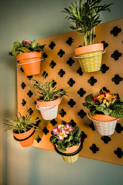 Verticale tuin voor binnen met mooie bloempotten