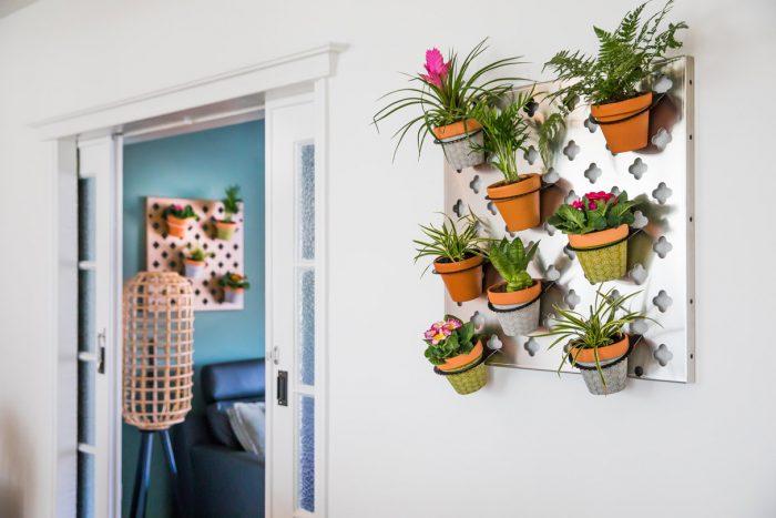 Verticale tuin paneel met bloempotten binnen